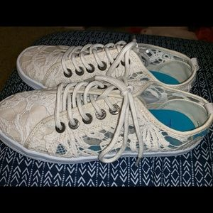 Shoes - NWOT - Off white/ Cream colored sneakers